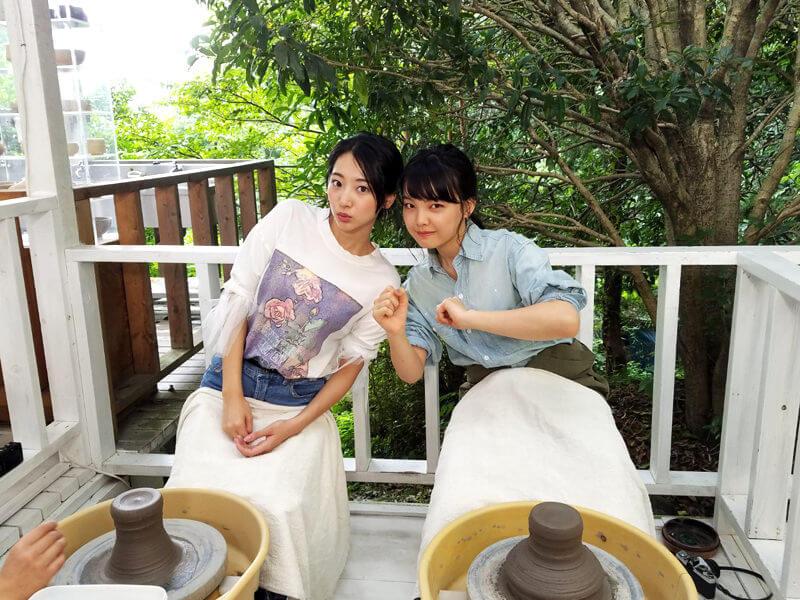 ほけきょ庵で陶芸体験。左から武田玲奈、上原実矩 ©TBS
