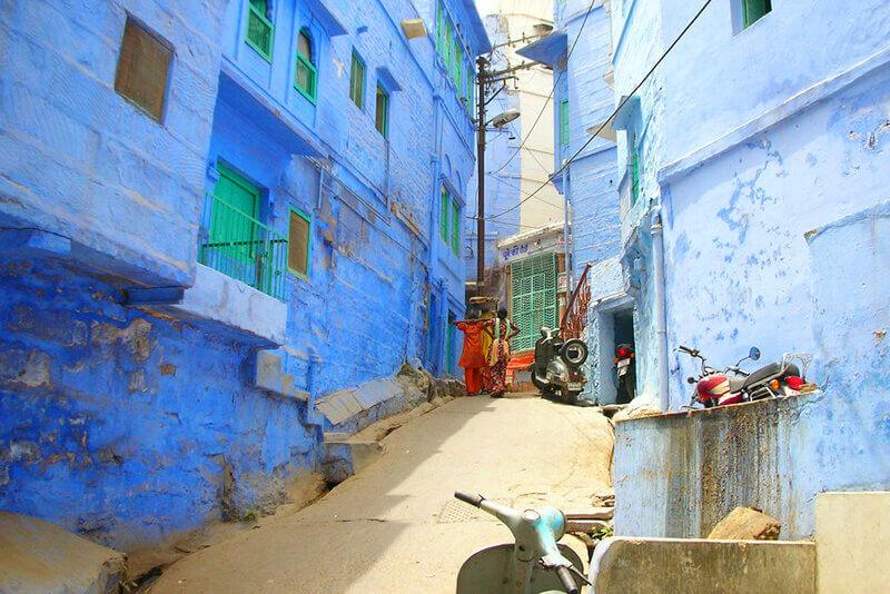 青い壁の家