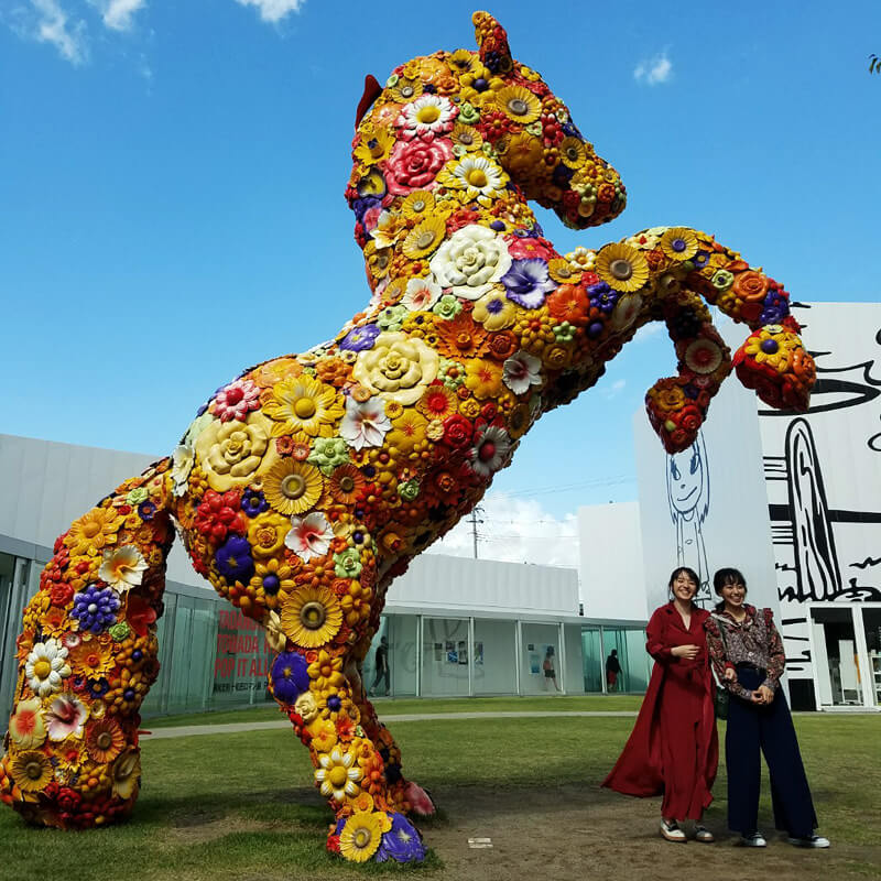 十和田市現代美術館。左から小島藤子、宮崎香蓮 ©TBS