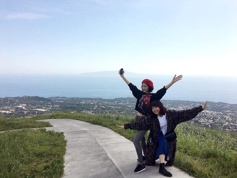 大室山。左から武田玲奈、上原実矩 ©TBS