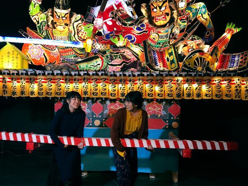 「ねぶたの家 ワ・ラッセ」でねぶた祭り体験。左から小島藤子、宮崎香蓮 ©TBS