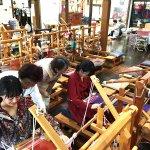 小島藤子と宮崎香蓮が秋の青森県十和田湖、奥入瀬へ。美術や伝統工芸など、芸術の秋を楽しむ。