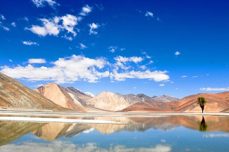 """インドの秘境にある絶景。""""天空の湖""""と言われる「パンゴン湖」を見てみたい!"""