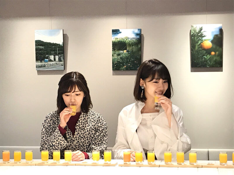 蜜柑ジュースの飲み比べ。左から渡辺麻友、柏木由紀 ©TBS