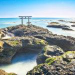 朝日をバックに鳥居&海の絶景…茨城県にある大洗磯前神社の「神磯の鳥居」で幸せGET!