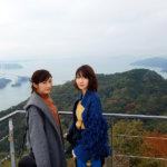 AKB48メンバーの柏木由紀と渡辺麻友がしまなみ海道へ。亀老山展望台から来島海峡大橋を望む