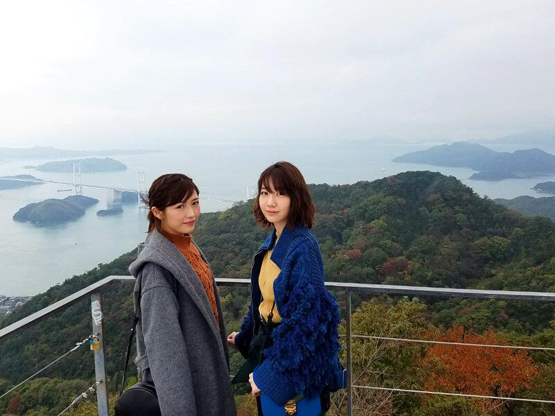 亀老山展望台。左から渡辺麻友、柏木由紀 ©TBS