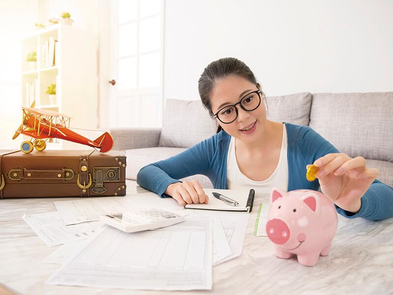 旅行資金を貯める女性