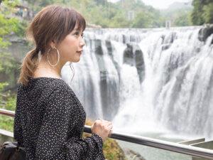 十分瀑布を臨む人気モデルの田中里奈さん