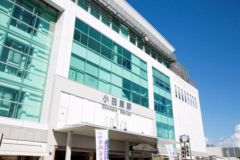 爽やかな小田原駅東口のペデストリアンデッキ