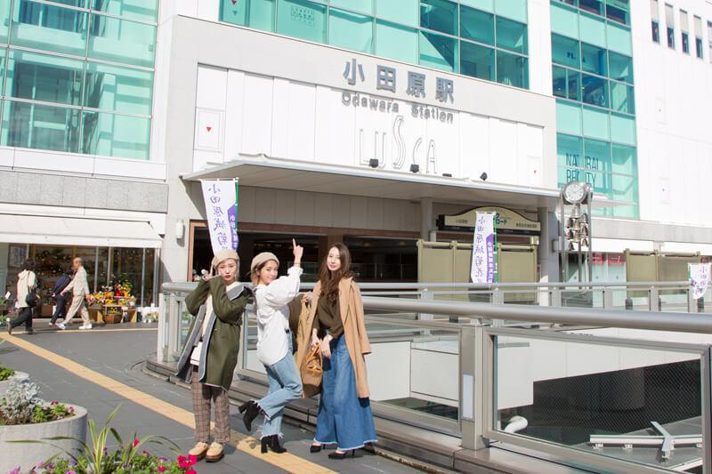 小田原駅のペデストリアンデッキに集合