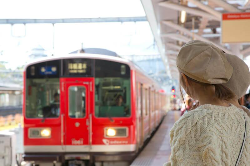 赤い車体の箱根登山電車が到着