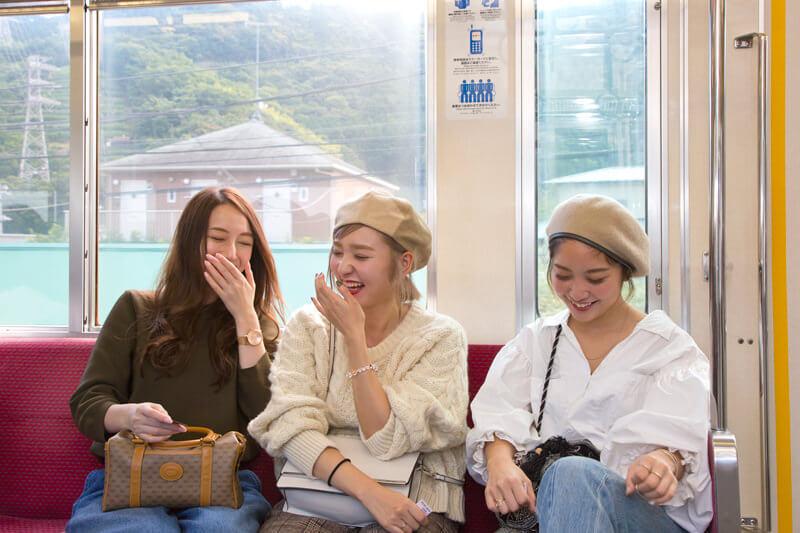 電車に乗ると会話も弾みます