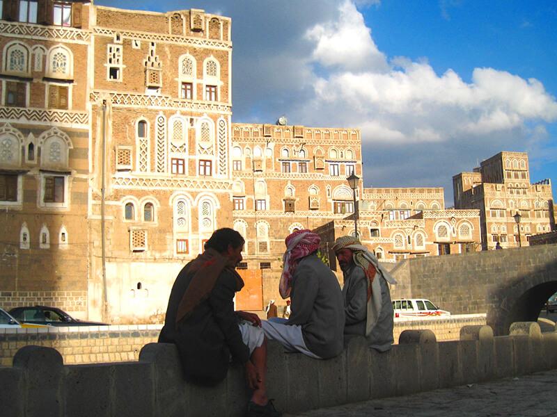 話しをするイエメンの男性達