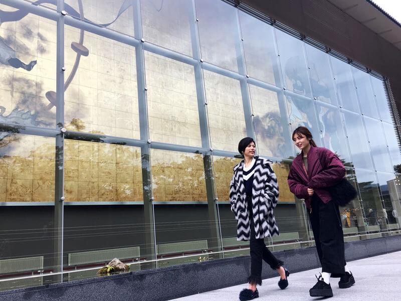 岡田美術館。左から春川芽生、古畑星夏 ©TBS