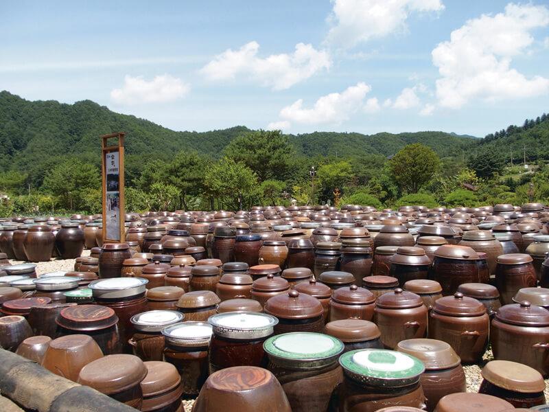 壺が並ぶ風景は、ドラマ「食客」にも登場。写真提供:韓国観光公社