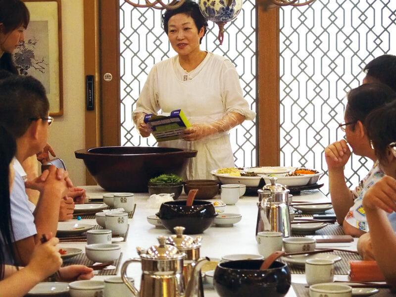 先生と一緒に作ってみよう!写真提供:韓国観光公社