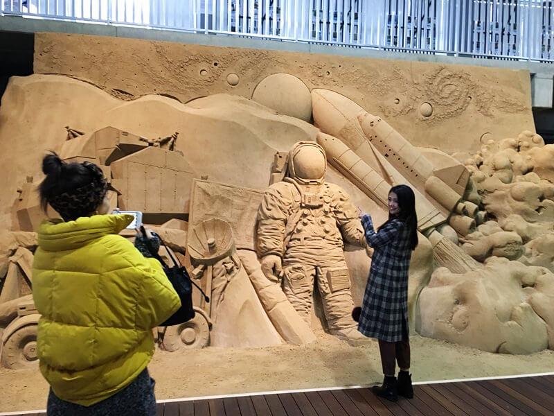 砂の美術館。左から伊藤ニーナ、田中道子 ©TBS