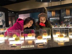 鳥取二十世紀梨記念館 なしっこ館。左から田中道子、伊藤ニーナ