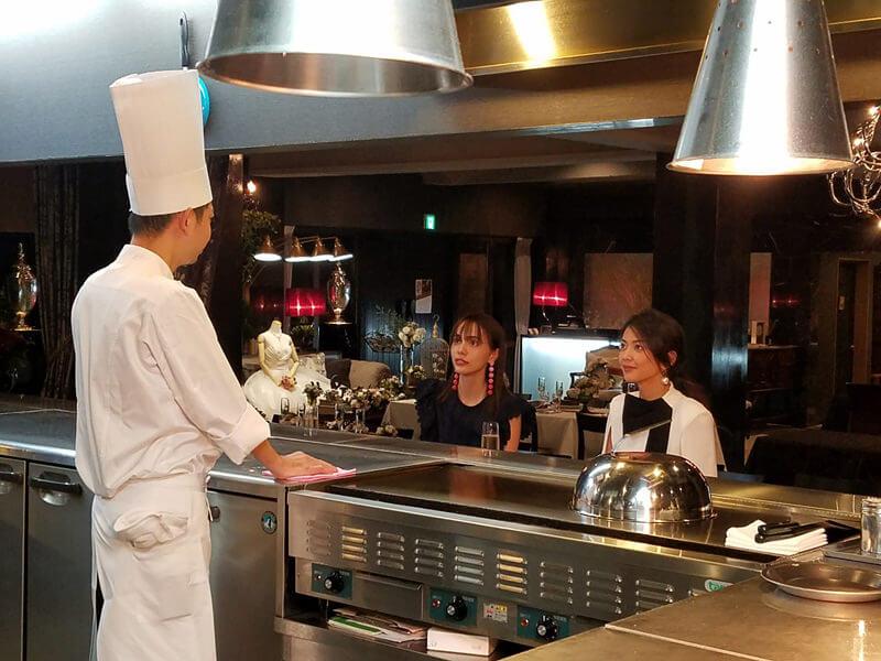 ホテルディナー。左から伊藤ニーナ、田中道子
