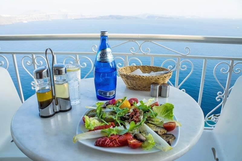 サントリーニ島でいただくギリシャ料理