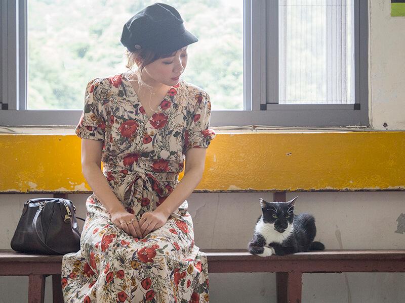 白黒の猫に熱視線な田中里奈さん
