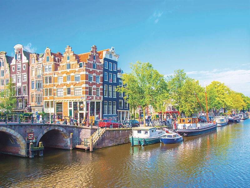 アムステルダムの運河のある街並み