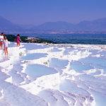 純白の石灰棚と青く輝く天然のプールが作り出す絶景!トルコの世界遺産「パムッカレ」