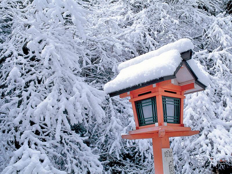 雪積もる鞍馬寺の灯篭
