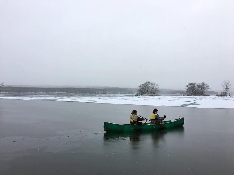 大沼湖カナディアン・カヌー。左から谷まりあ、野崎萌香 ©TBS