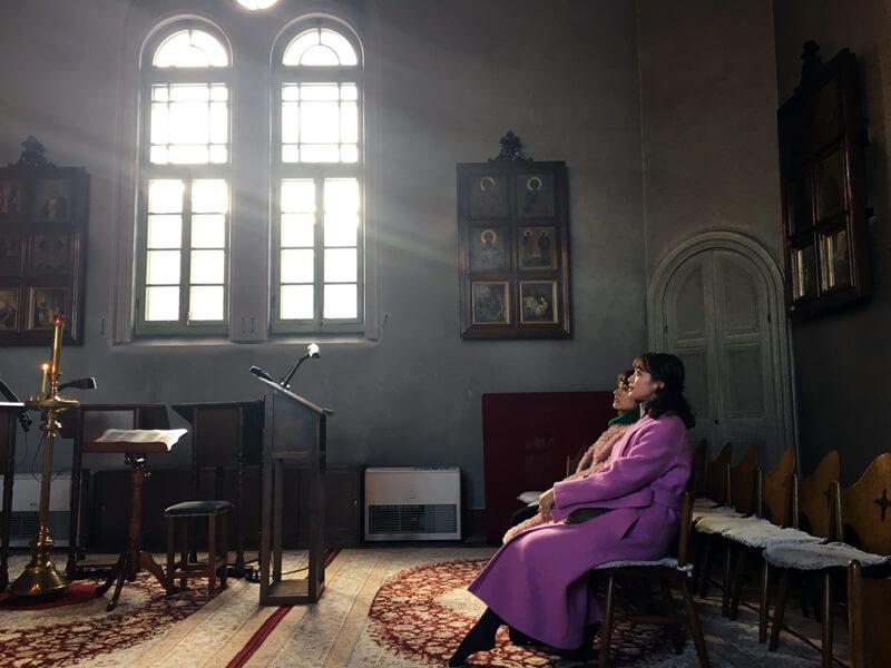 ハリストス正教会。奥から谷まりあ、野崎萌香 ©TBS