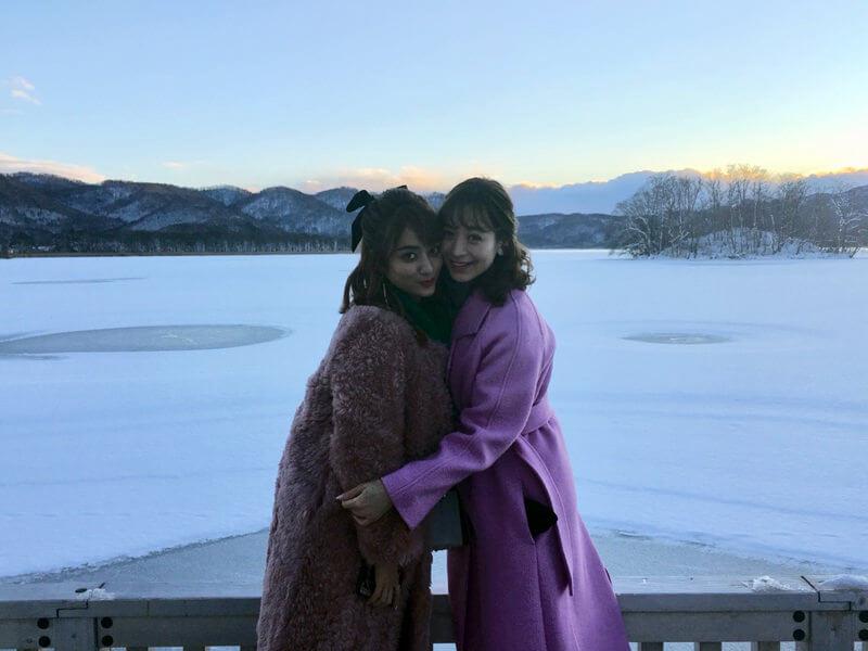 冬の函館。左から谷まりあ、野崎萌香 ©TBS