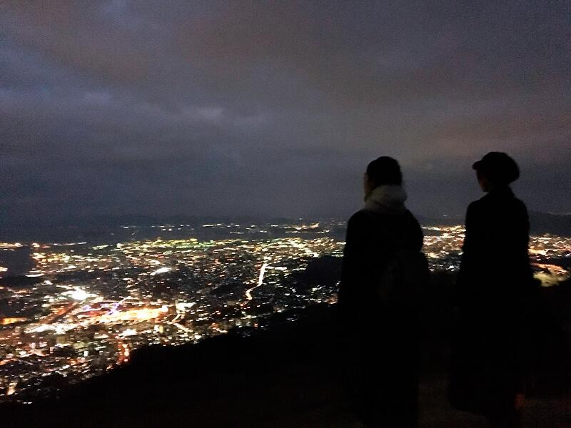 皿倉山の夜景。左から林田岬優、宮田聡子 ©TBS