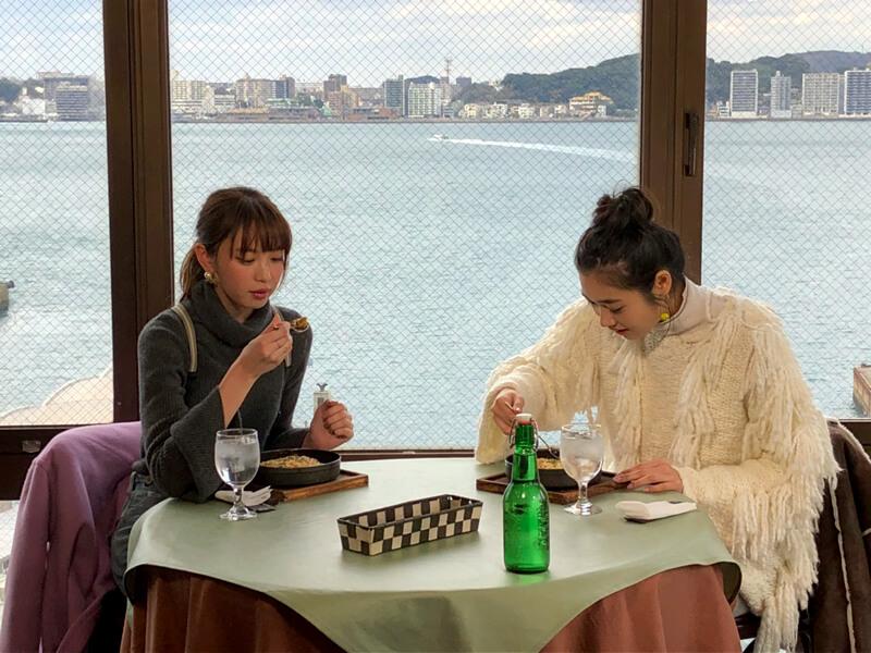 展望レストラン・陽のあたる場所。左から宮田聡子、林田岬優
