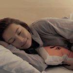 モデルのNikiが福岡で女子旅、パジャマ姿で寝顔を披露! お菓子食べ放題「TRIP POD FUKUOKA – snack & bed -」コンセプトムービーを公開