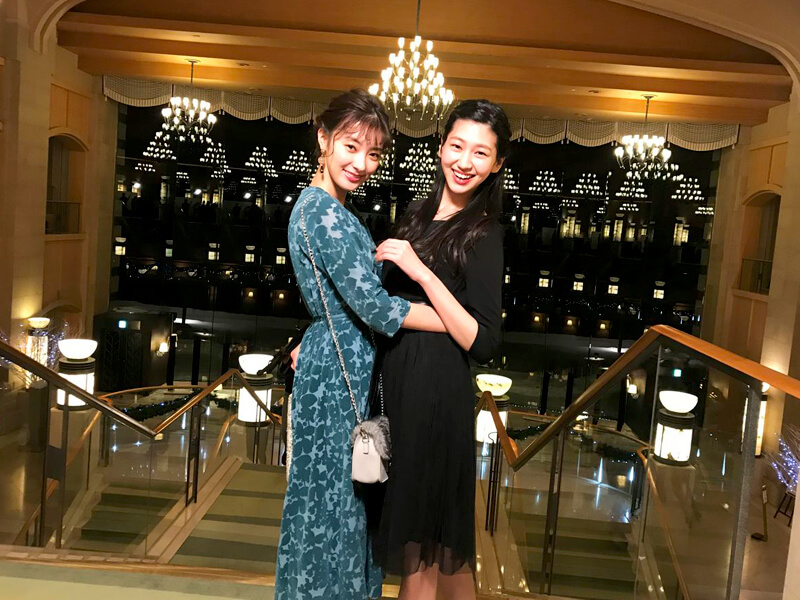 ザ・ウィンザーホテル洞爺。左から宮本茉由、是永瞳 ©TBS