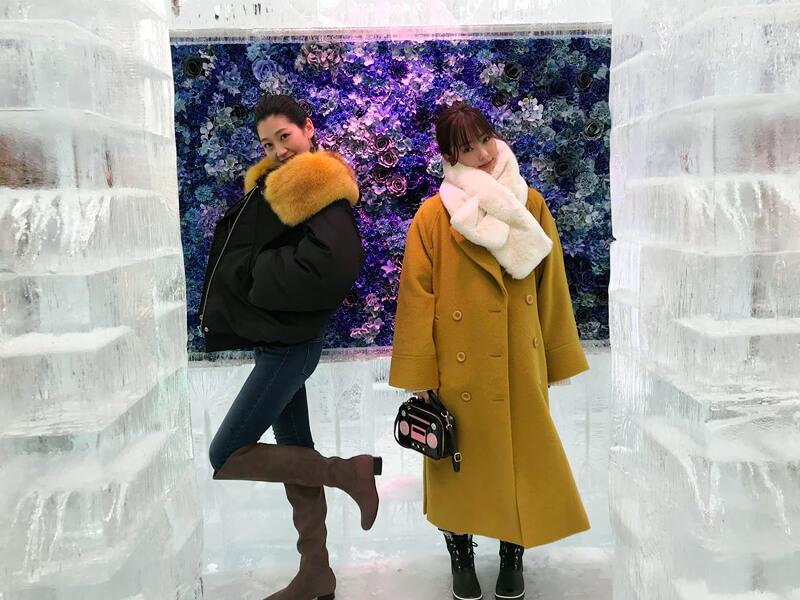 氷でできたアイスレストランで食事。左から是永瞳、宮本茉由 ©TBS