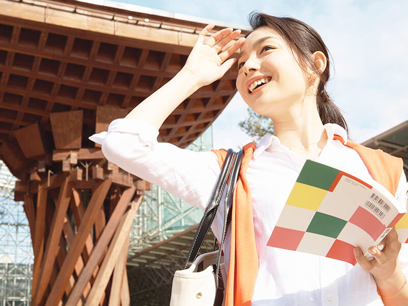 旅を楽しむ女性 金沢駅 イメージ