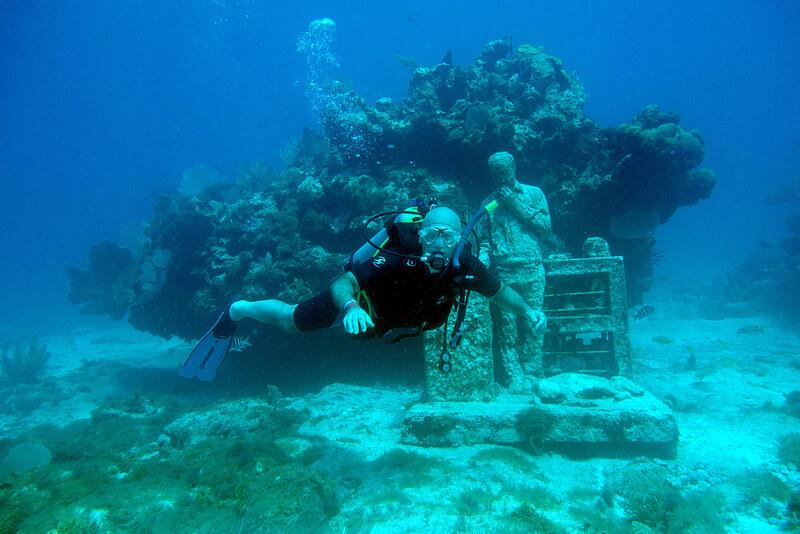 海底美術館のモニュメントとダイバー
