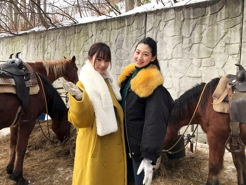 レイクトーヤランチにて。左から宮本茉由、是永瞳 ©TBS