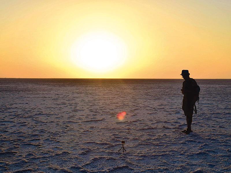 塩砂漠に沈む夕日