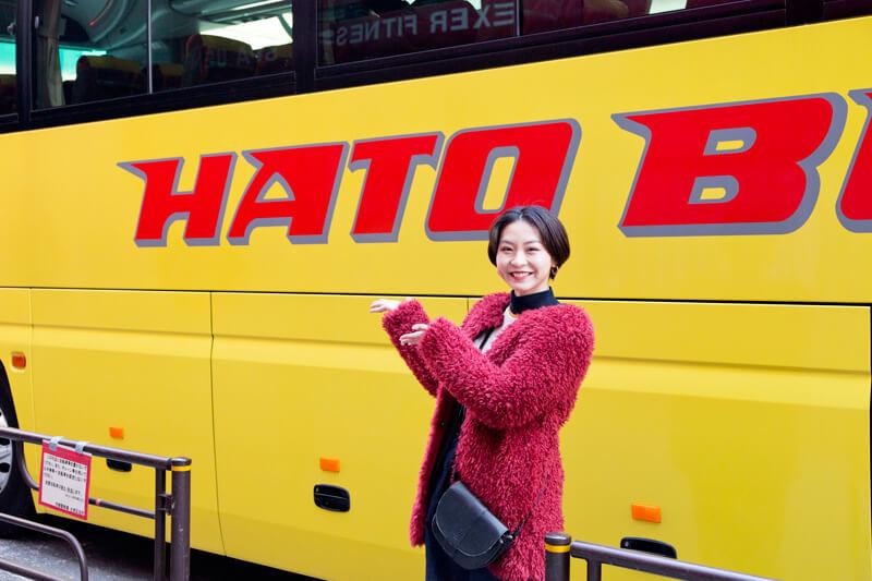 上野駅。はとバスの黄色い車体をバックに