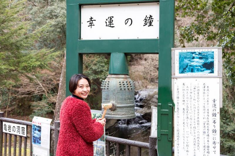 滝への入り口にある「幸運の鐘」