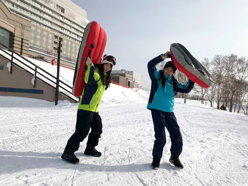 エアーボードに挑戦。左から宮本茉由、是永瞳 ©TBS