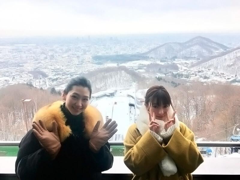 大倉山。左から是永瞳、宮本茉由 ©TBS