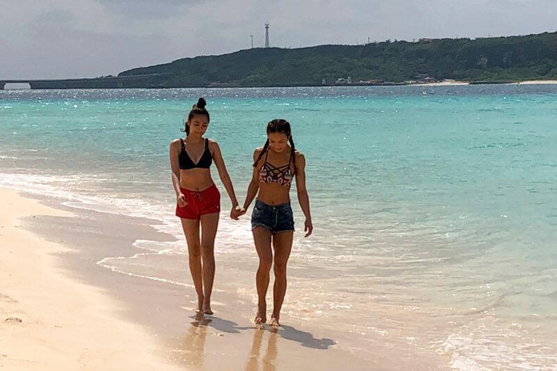 与那覇前浜。左からAYA、香川沙耶 ©TBS