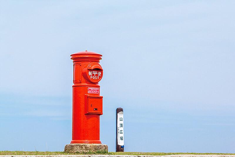 青空の中の赤いポスト
