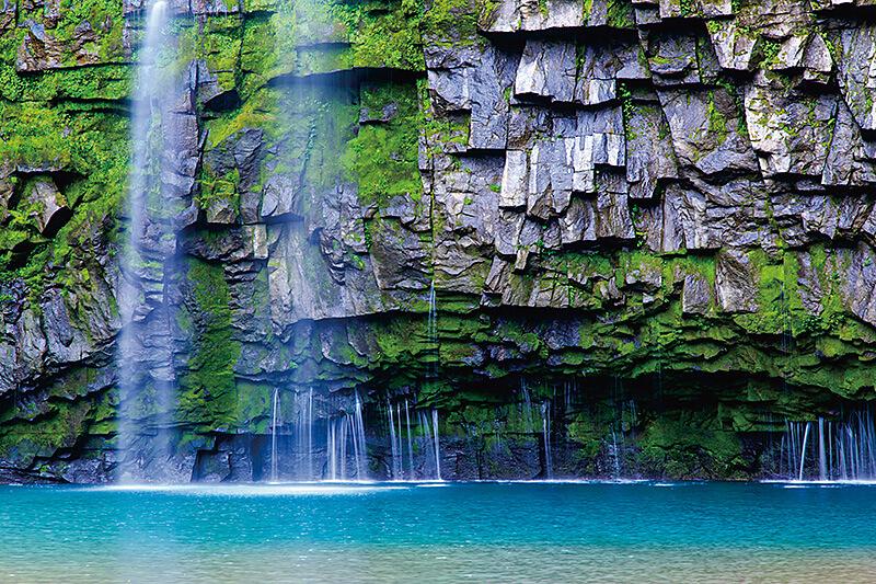 エメラルドグリーンに輝く滝壺が美しい! 鹿児島県の雄川の滝で絶景を満喫♪