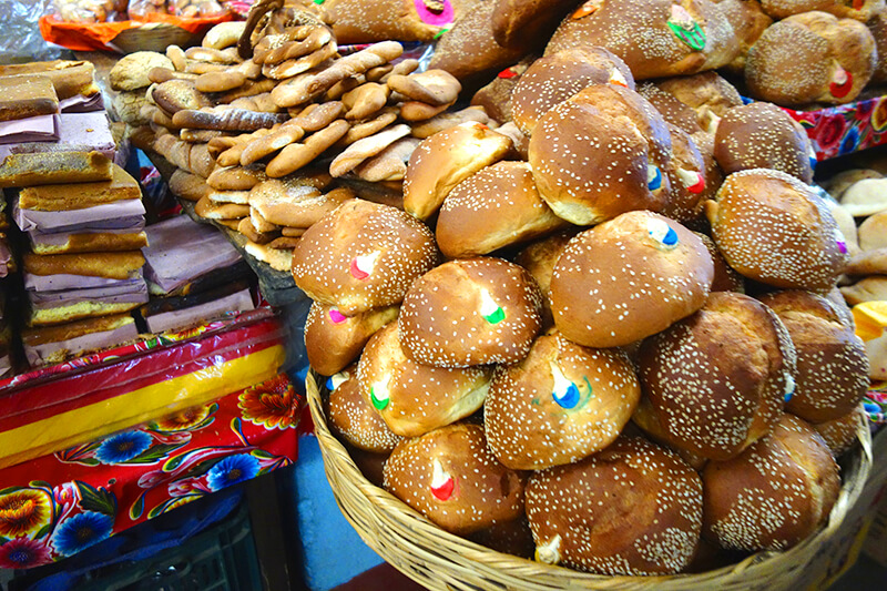 カラフルなパン「パン・デ・ムエルト」