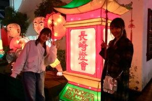 長崎ランタンフェスティバル。左から山田菜々、藤江れいな ©TBS